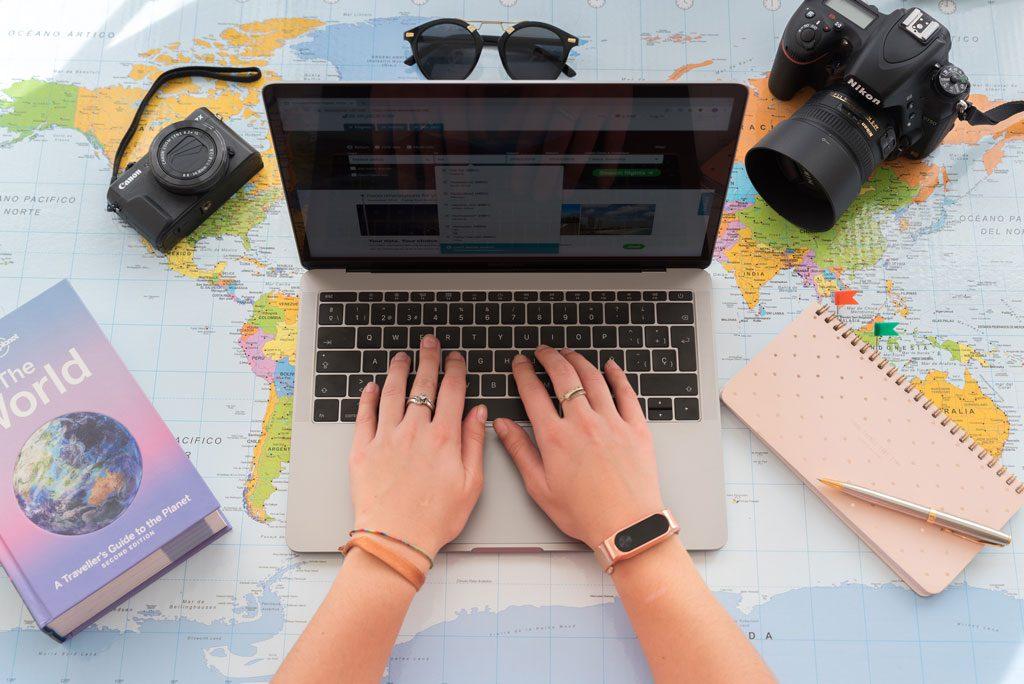 Mapa, camara foto, gafas de sol y recursos para viaje del blog We Collect Postcards