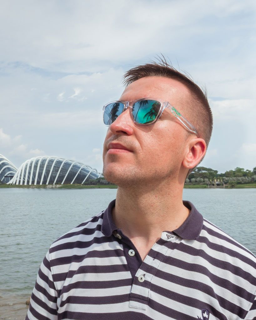 Un hombre con gafas en frente de Gardens by the Bay, Singapur