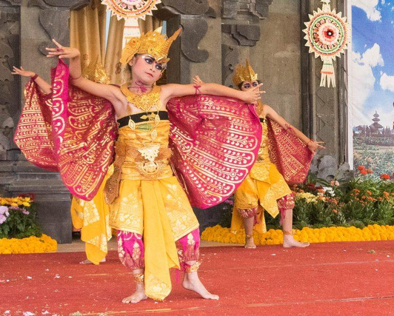 Niña balineasa bailando una danza tradicional de Bali, Indonesia