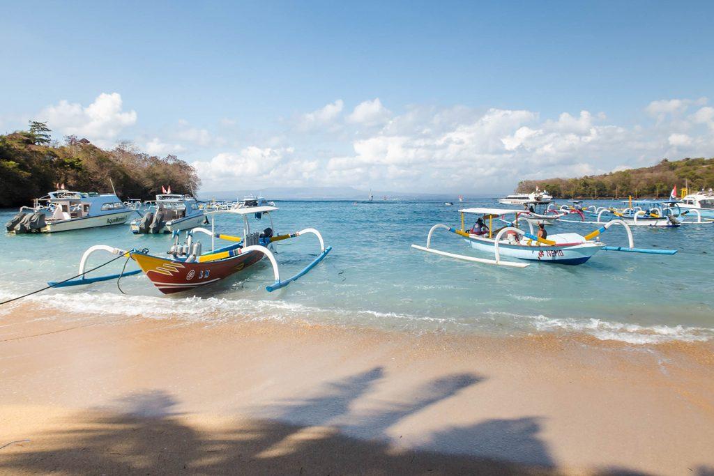Barcos típicos de Bali en la Playa Padangbai - Bali, Indonesia