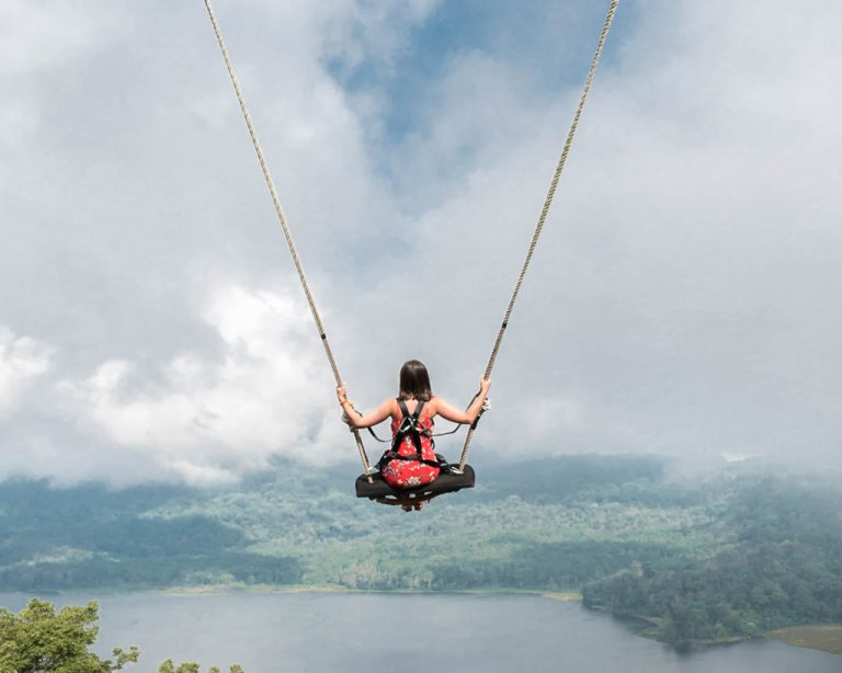 Chica columpiandose en Wanagiri Hidden Hill - Bali, Indonesia