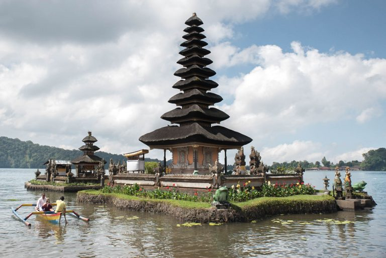 Una parte del templo Ulun Danu Beratan sobre el lago Beratan - Bali, Indonesia