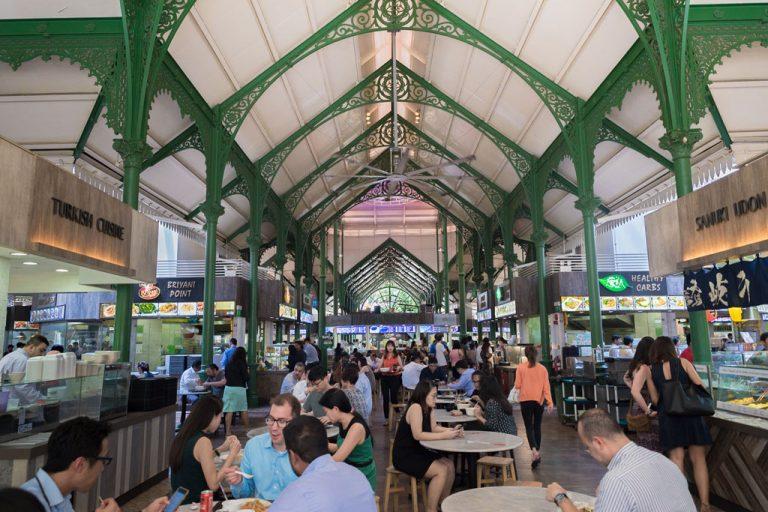 Personas comiendo en el Telok Ayer Hawker Centre - Singapur