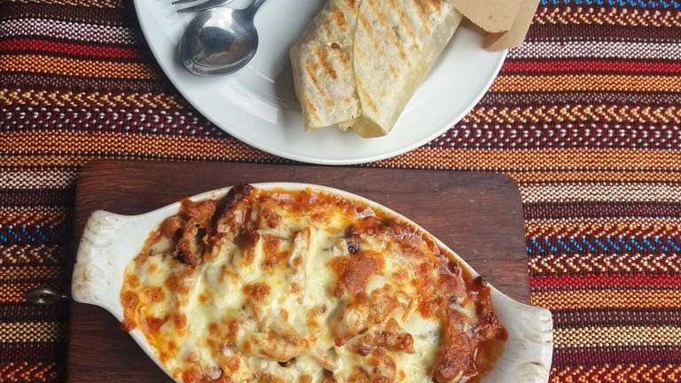 Comida libanesa en un restaurante en Singapur