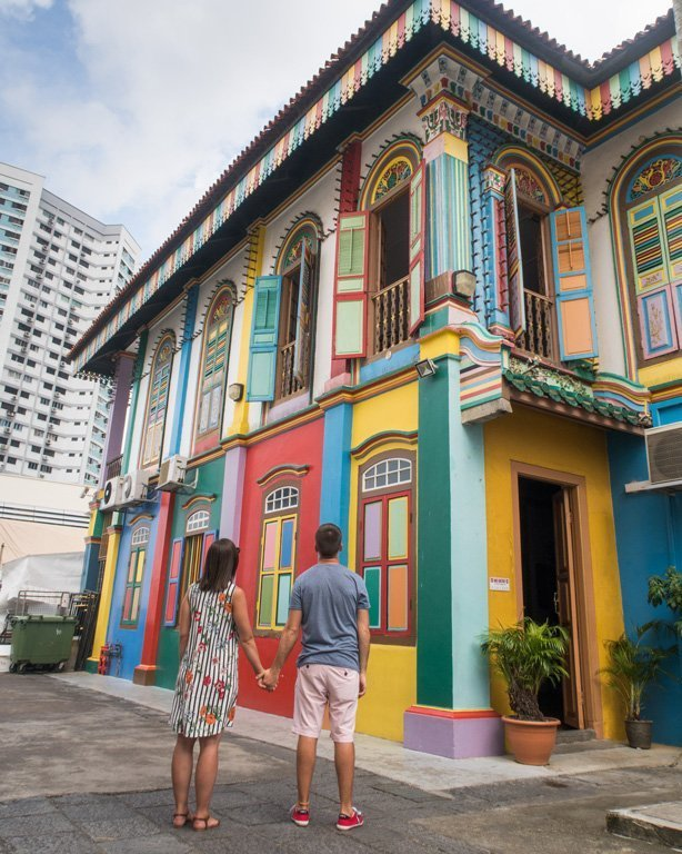 Pareja joven delante de la casa Tan Teng Niah, Little India - Singapure