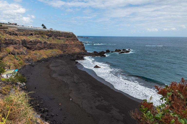 Visa panorámica a la playa negra del Bollullo, Tenerife