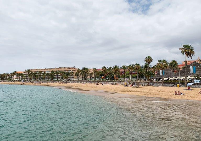 Gente tomando el sol en la Playa del Camisón, Tenerife