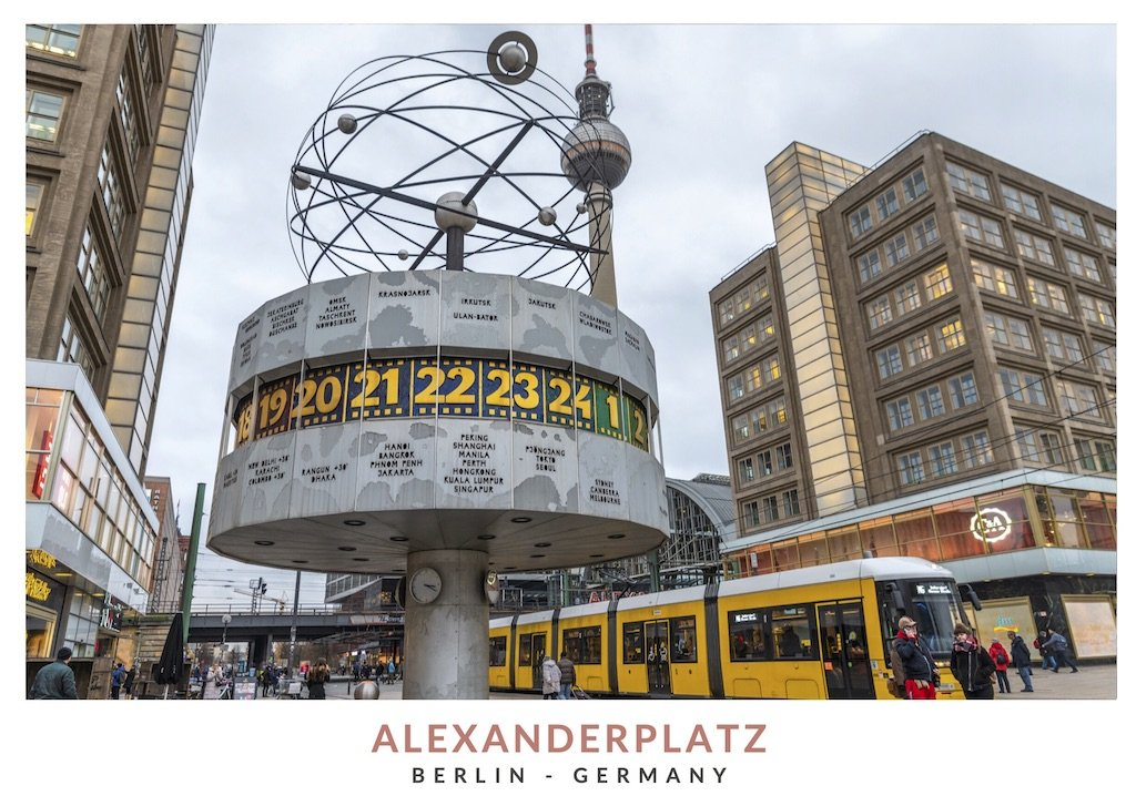 Postal con una imagen del reloj mundial Urania en Alexanderplatz, Berlin