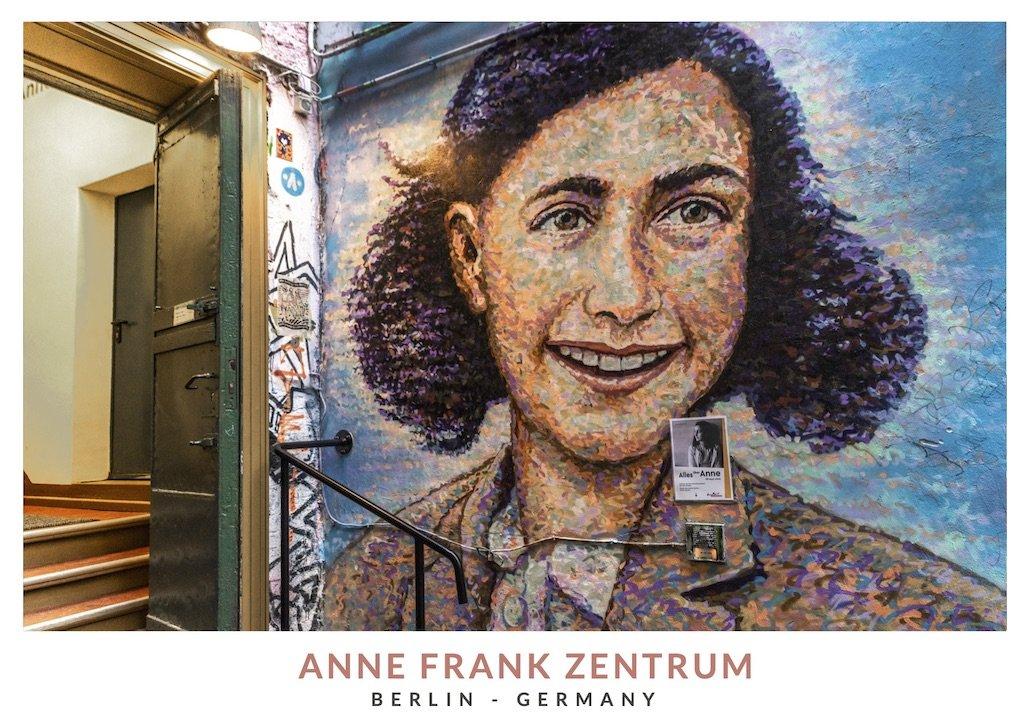 Postal con la entrada del museo Anne Frank Zentrum en Berlin