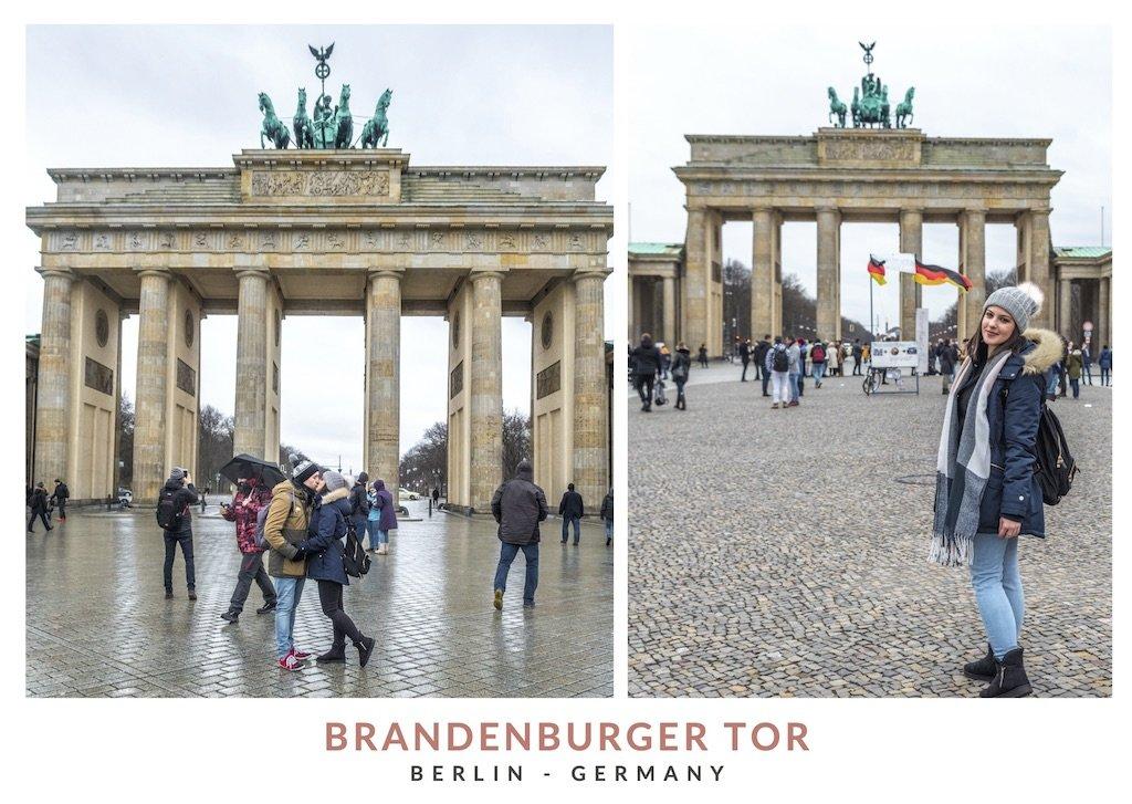Postal con dos fotos de We Collect Postcards enfrente de la puerta de Brandeburgo, Berlin