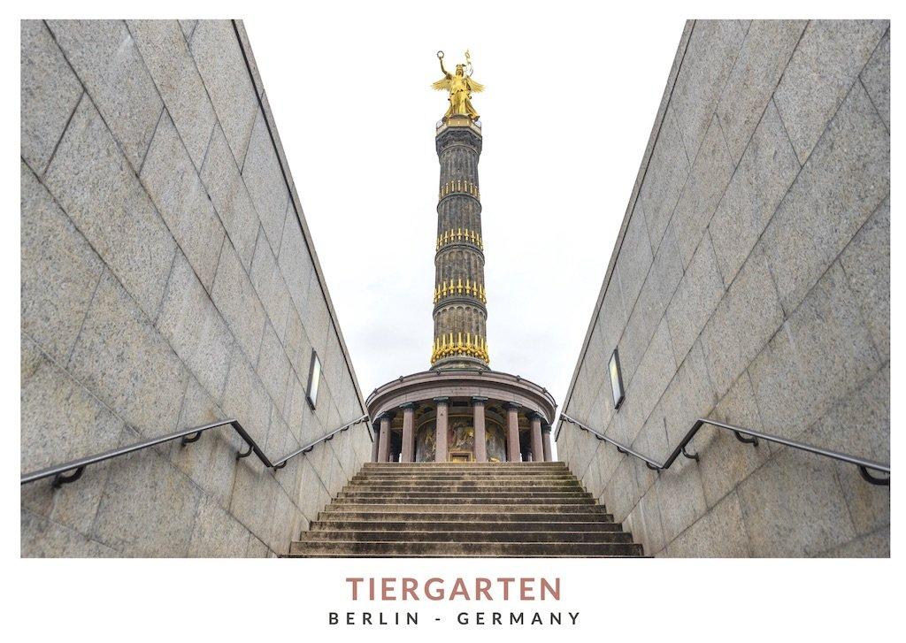 Postal con una imagen de la Columna de la Victoria en el parque Tiergaten en Berlin
