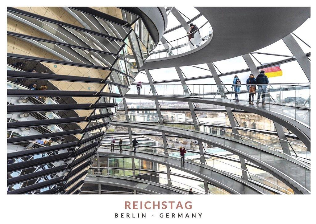 Postal con una imagen del interior de la cúpula del Reichstag en Berlin