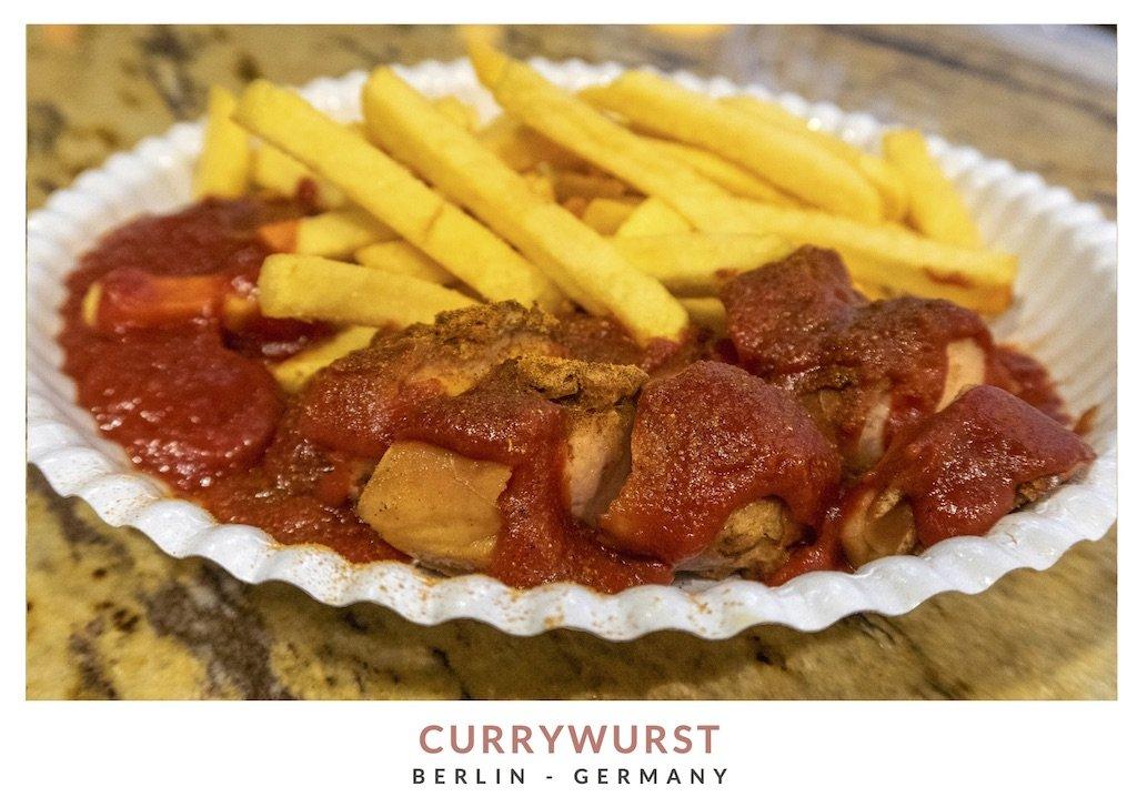 Postal con una imagen de currywurst, plato típico de Berlin