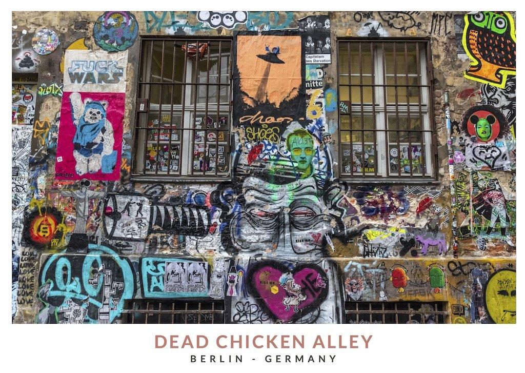 Postal con una imagen de los graffitis de Dead Chicken Alley, Berlin