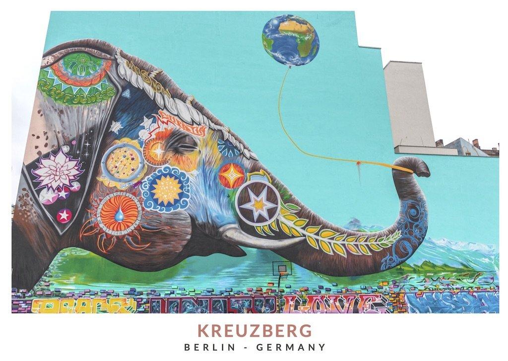 Postal con una imagen de un graffiti con un elefante colorido en el barrio de Kreuzberg, Berlin