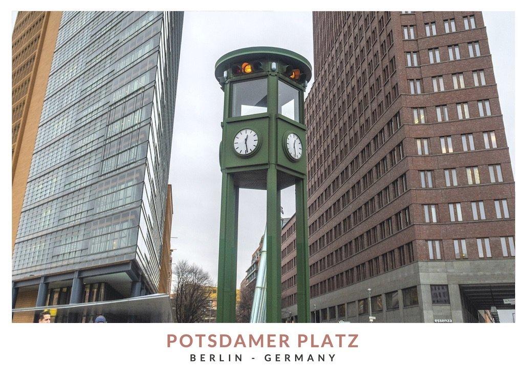 Postal con una imagen del semáforo más antiguo de Europa, en Potsdamer Platz, Berlin