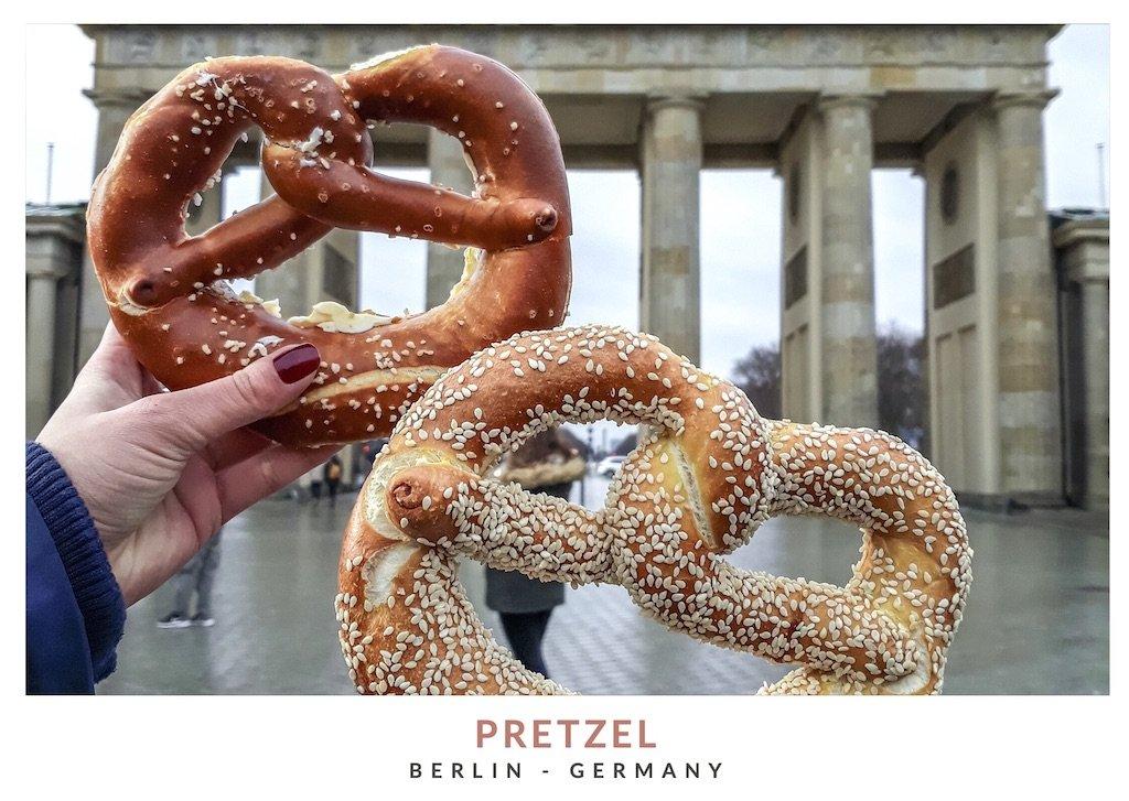 Postal con una imagen de pretzels enfrente de la puerta de Brandeburgo, Berlin