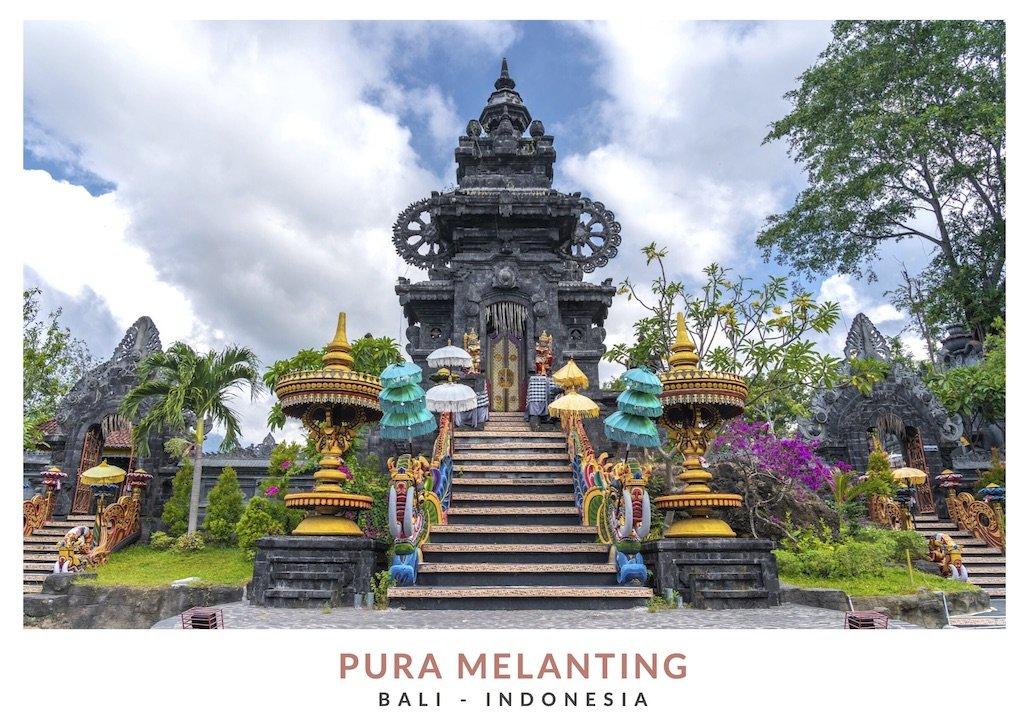 Tres entradas con puertas decoradas del templo principal de Pura Melanting, Bali