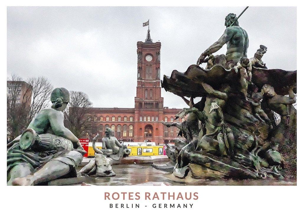 Postal con una imagen de la Fuente de Neptuno enfrente del Ayuntamiento Rojo de Berlin