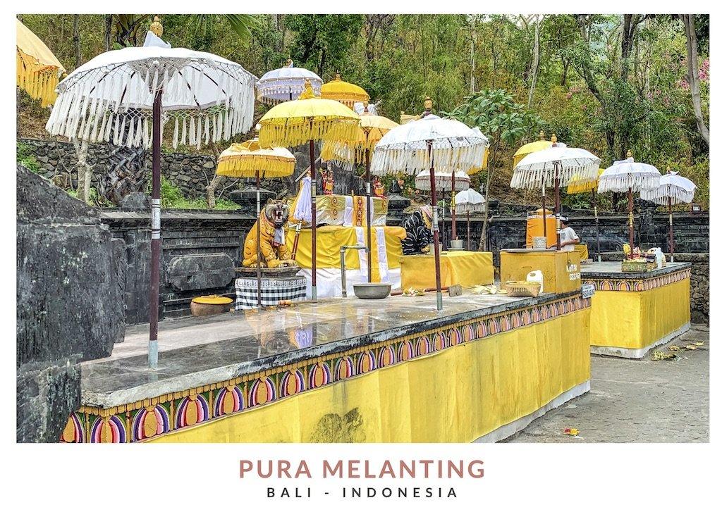 Interior templo balinés con paraguas blancos y amarillos en el templo Pura Melanting, Bali