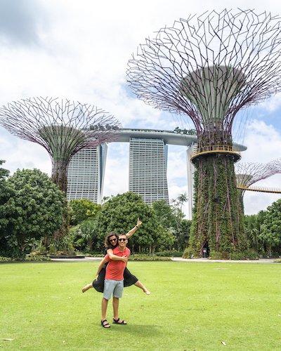 Pareja joven mostrando alegría en Gardens by the Bay, Singapur