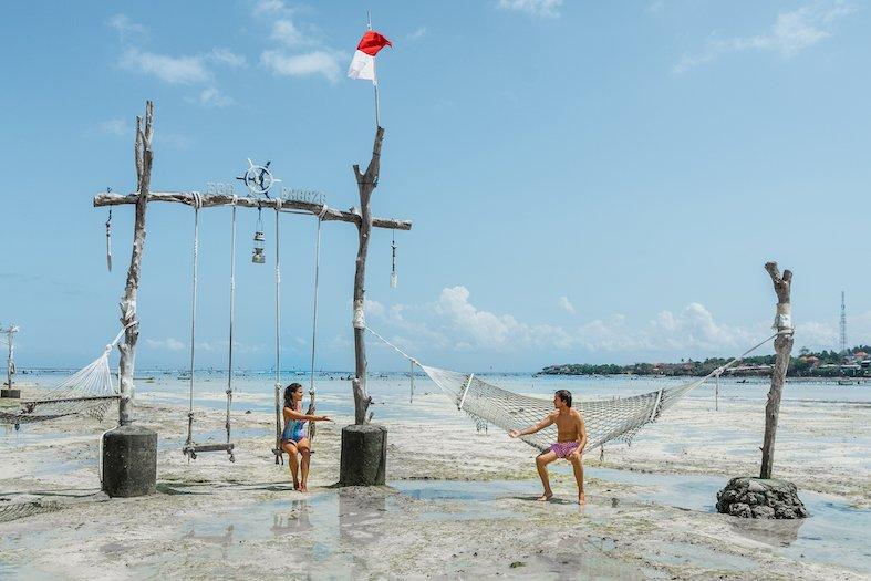 Pareja joven disfrutando de un día soleado en Nusa Ceningan, Indonesia
