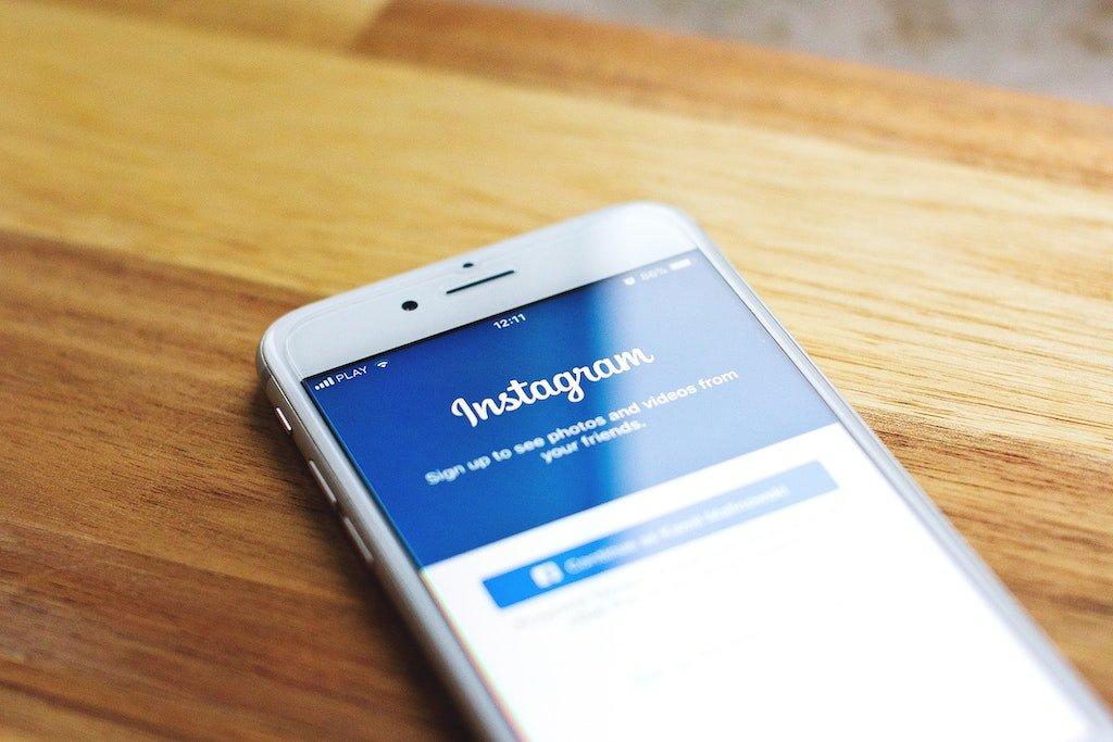 Móvil enseñando la página de inicio de Instagram