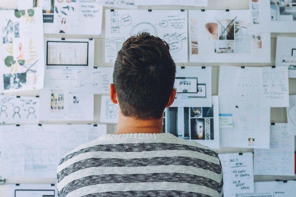 Hombre joven de espalda intentando elegir un nombre para su blog