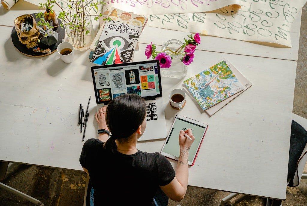 Mujer trabajando en el nicho de diseño, blog We Collect Postcards