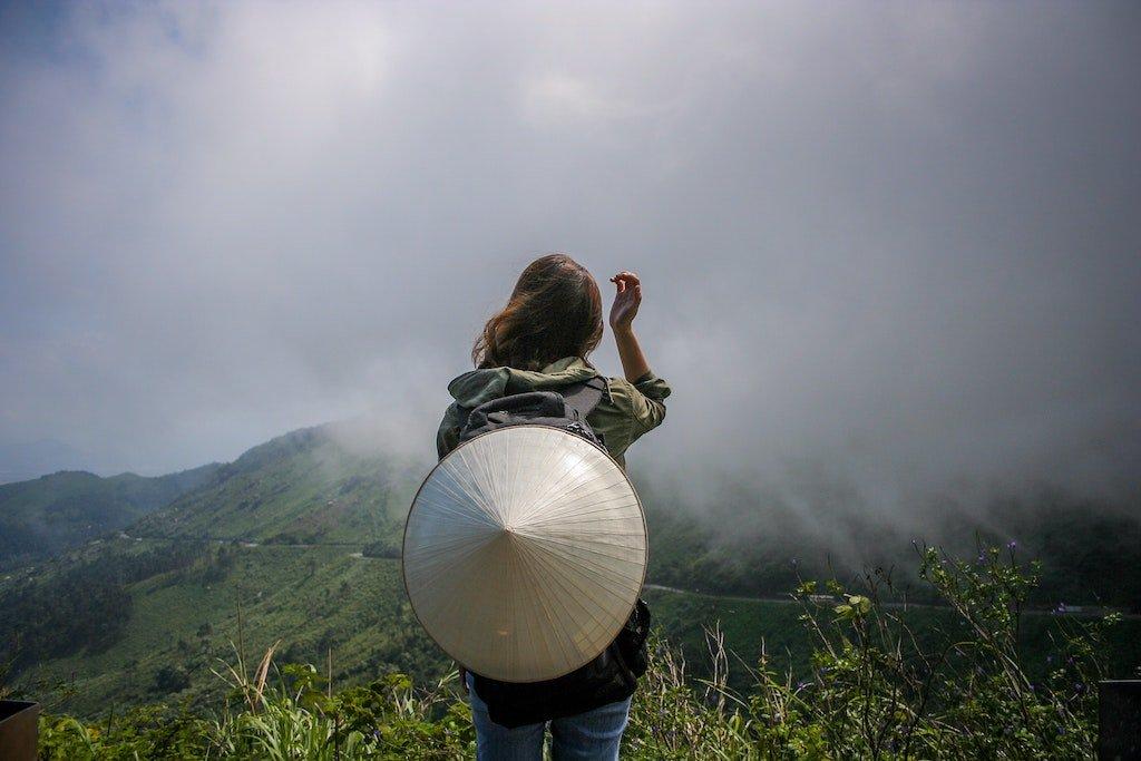 Imagen de una mujer viajera haciendo referencia a artículos personales para un blog