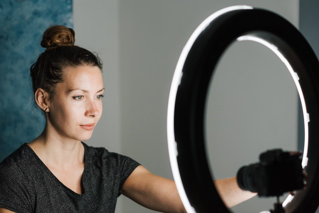 Blogger usando un haro de luz como herramienta