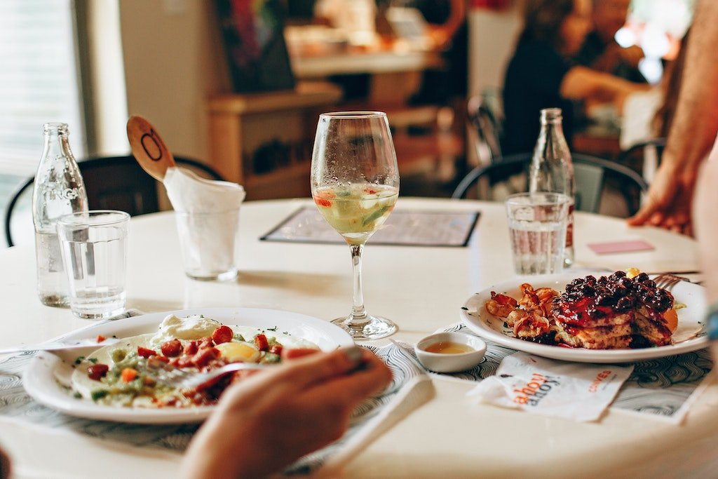 Dos personas comiendo en un restaurante