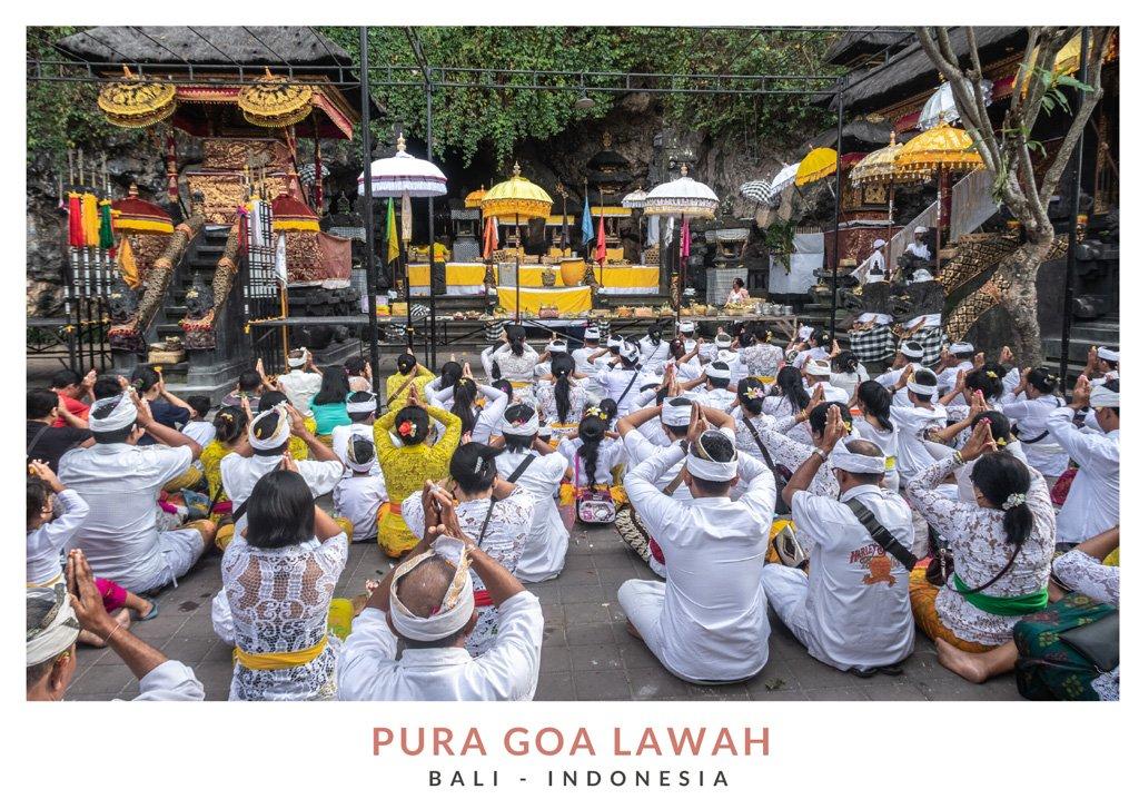 Postal con una imagen del templo Goa Lawah, Bali - Indonesia