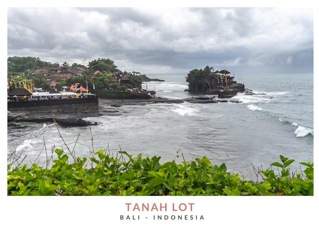 Postal con una imagen del templo Tanah Lot, Bali - Indonesia