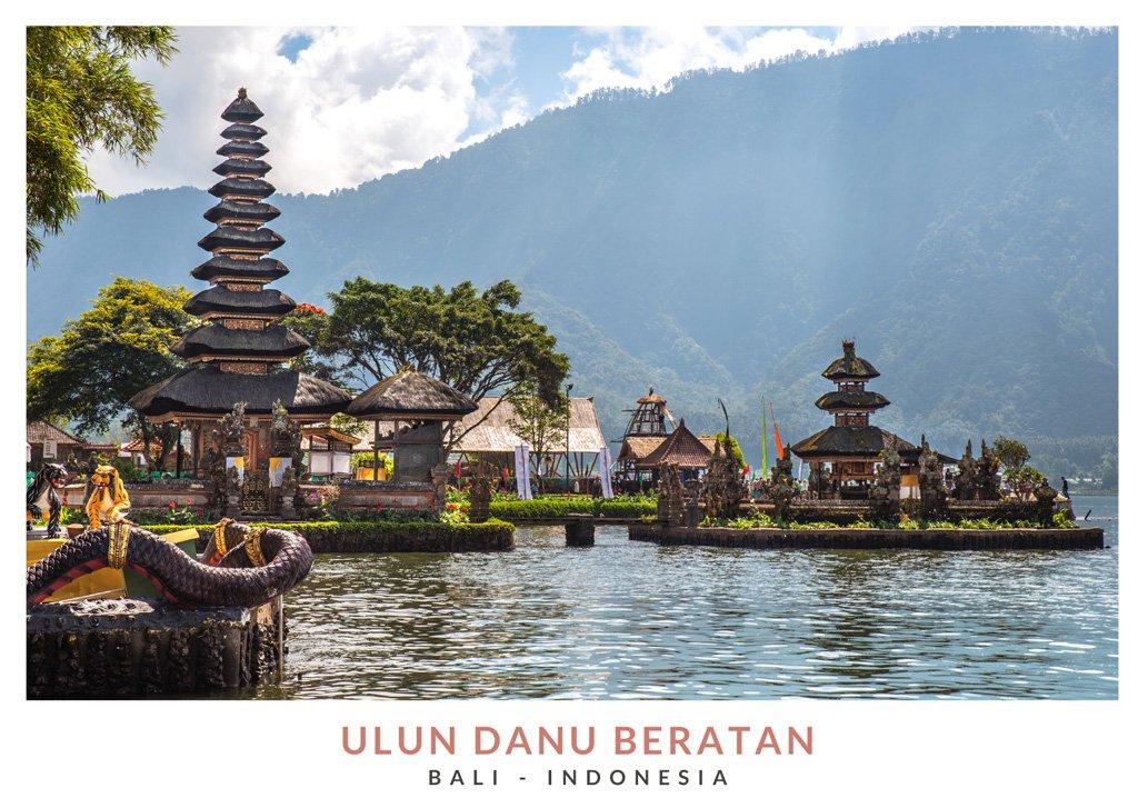 Postal con una imagen del templo Ulun Danu Beratan, Bali - Indonesia