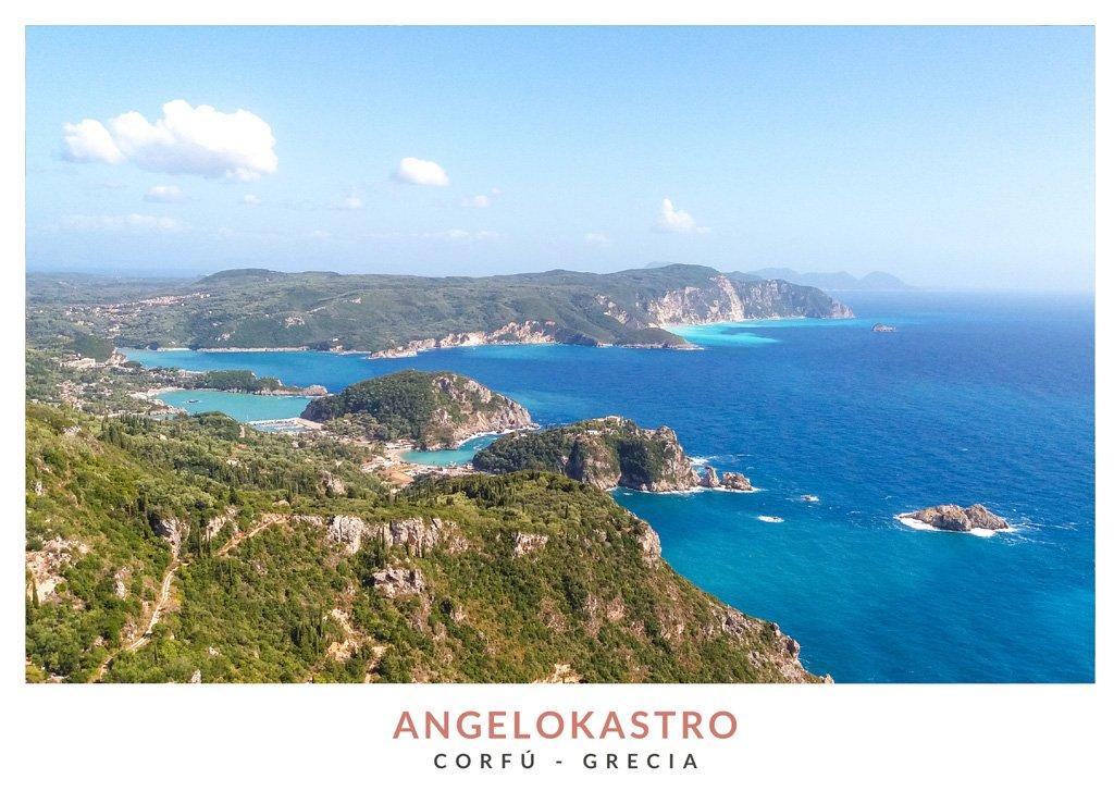 Postal con una imagen de las vistas desde Angelokastro en Corfú, Grecia