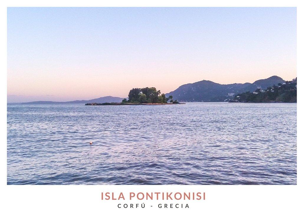 Postal con una imagen de la Isla Pontikonisi, Corfú, Grecia