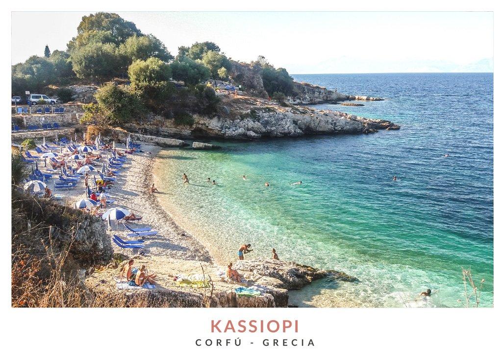 Postal con una imagen de una playa en Kassiopi, Corfú - Grecia