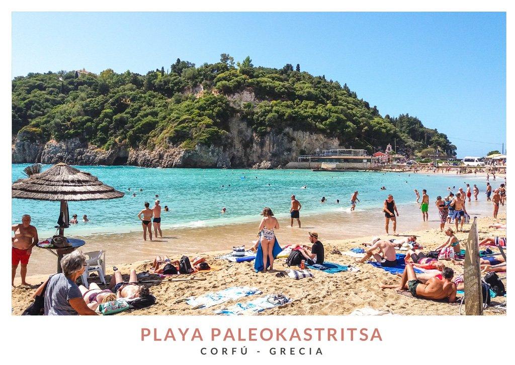 Postal con una imagen de la playa de Paleokastritsa en Corfú, Grecia