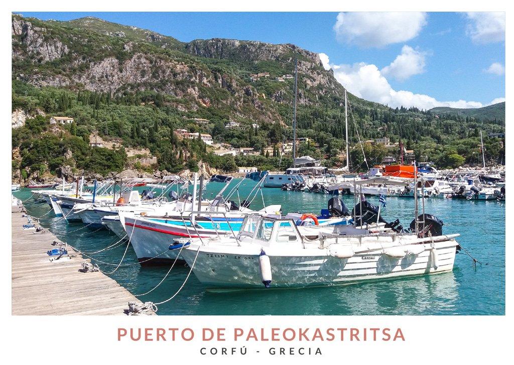 Postal con una imagen del Puerto de Paleokastritsa en Corfú