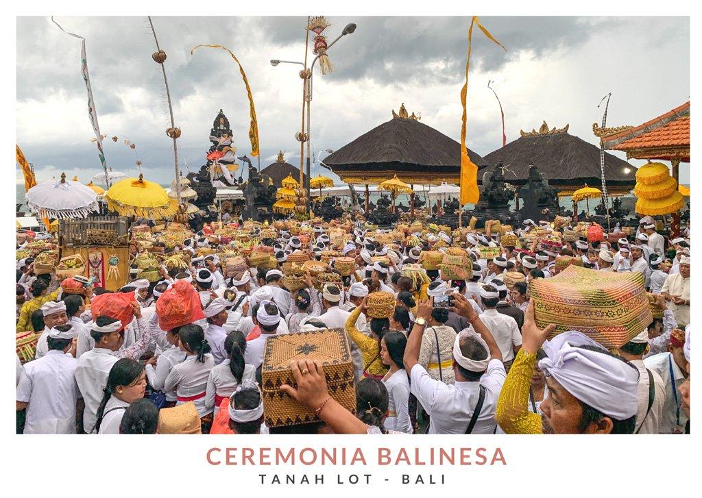 Postal con una imagen de una ceremonia tradicional balinesa en el templo Tanah Lot