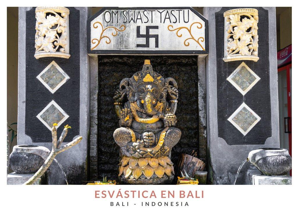 Postal con una imagen de una estatua de Ganesha y la esvástica en Bali
