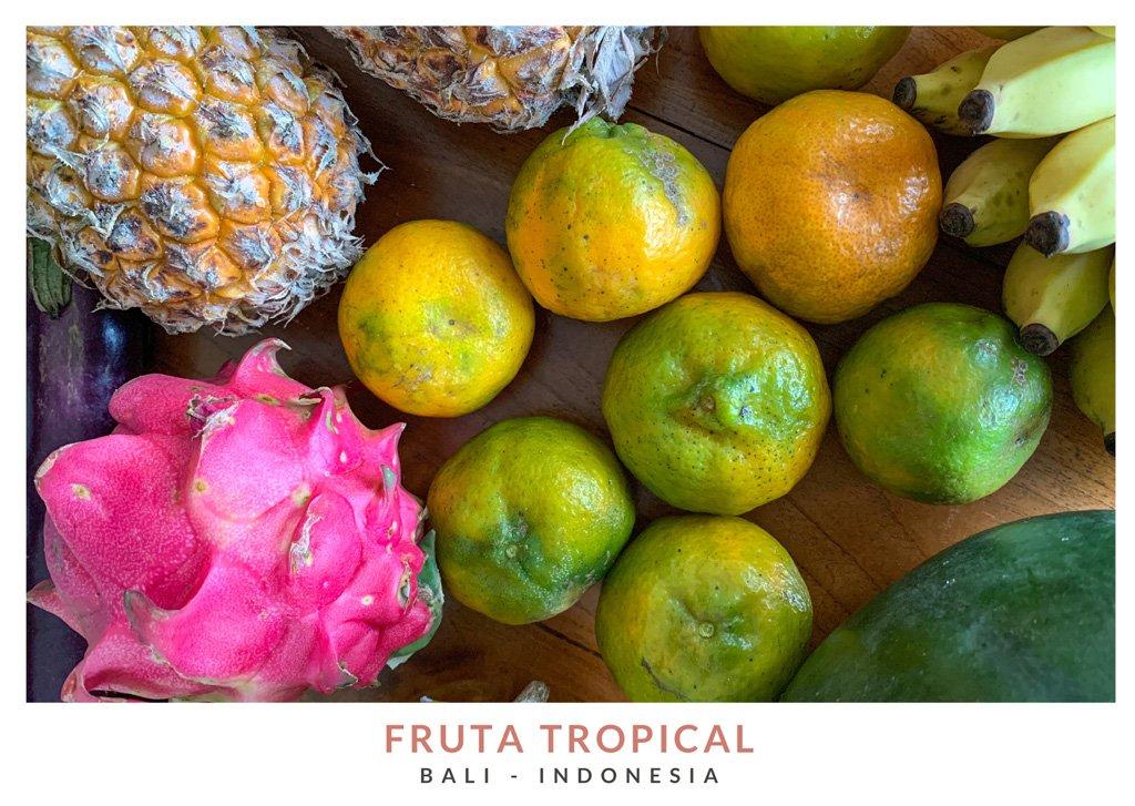 Postal con una imagen de fruta tropical en Bali, Indonesia