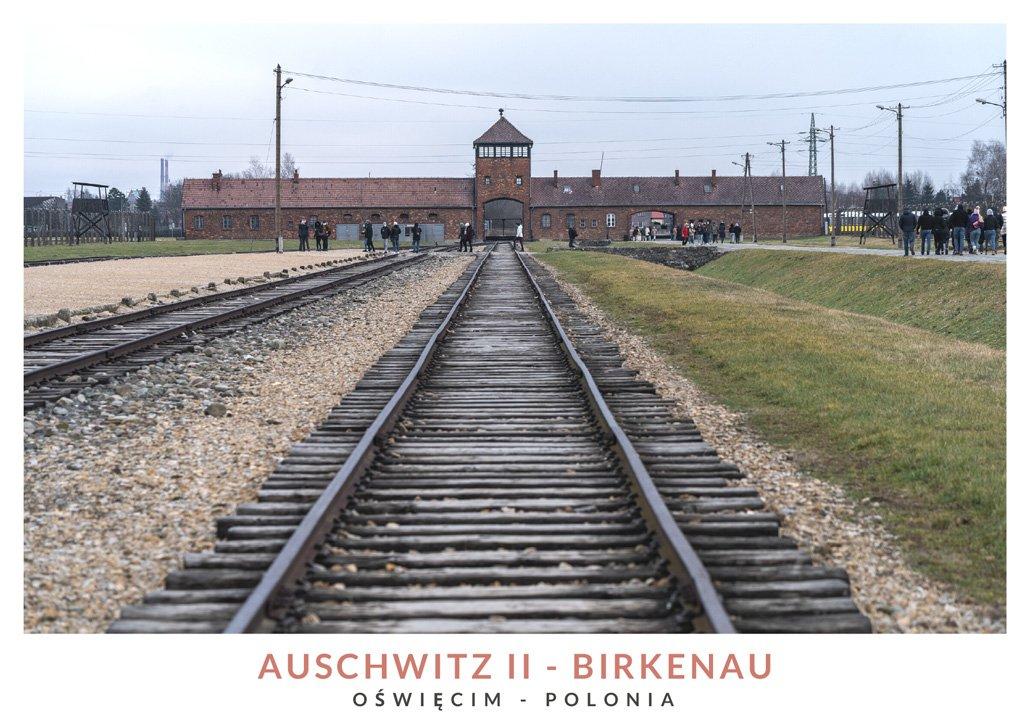 Vías de tren en el campo de concentración Auschwitz II - Birkenau