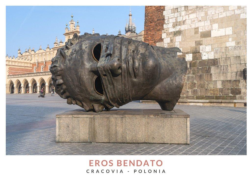 Escultura Eros Bendato de Igor Mitoraj en el Centro de la ciudad de Cracovia