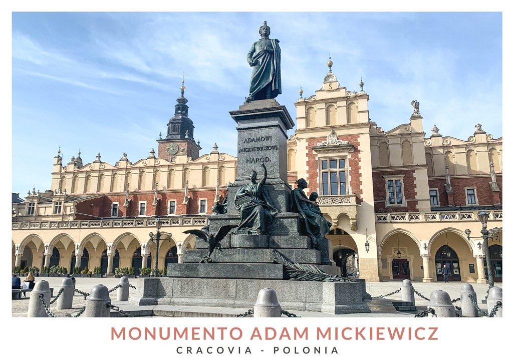 Monumento a Adam Mickiewicz en el centro de la Plaza del Mercado en Cracovia