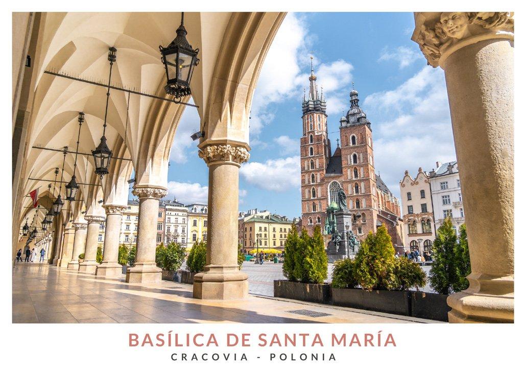 La Basílica de Santa María vista desde los arcos de la Lonja de los Paños en la Plaza del Mercado de Cracovia