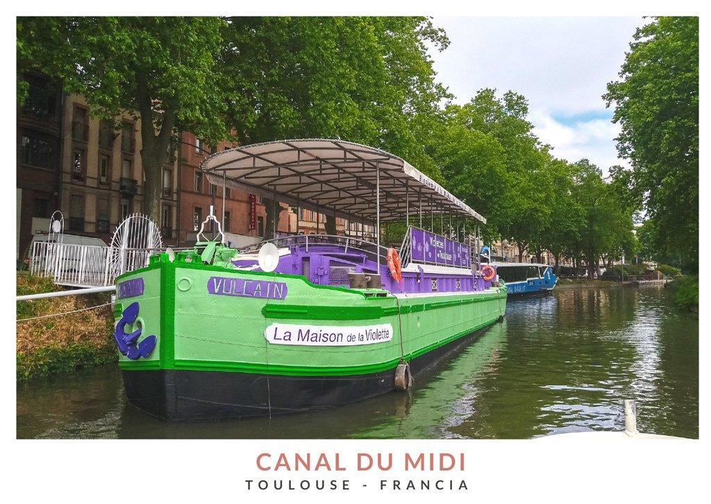 Barco colorido en el Canal du Midi, Toulouse - Francia