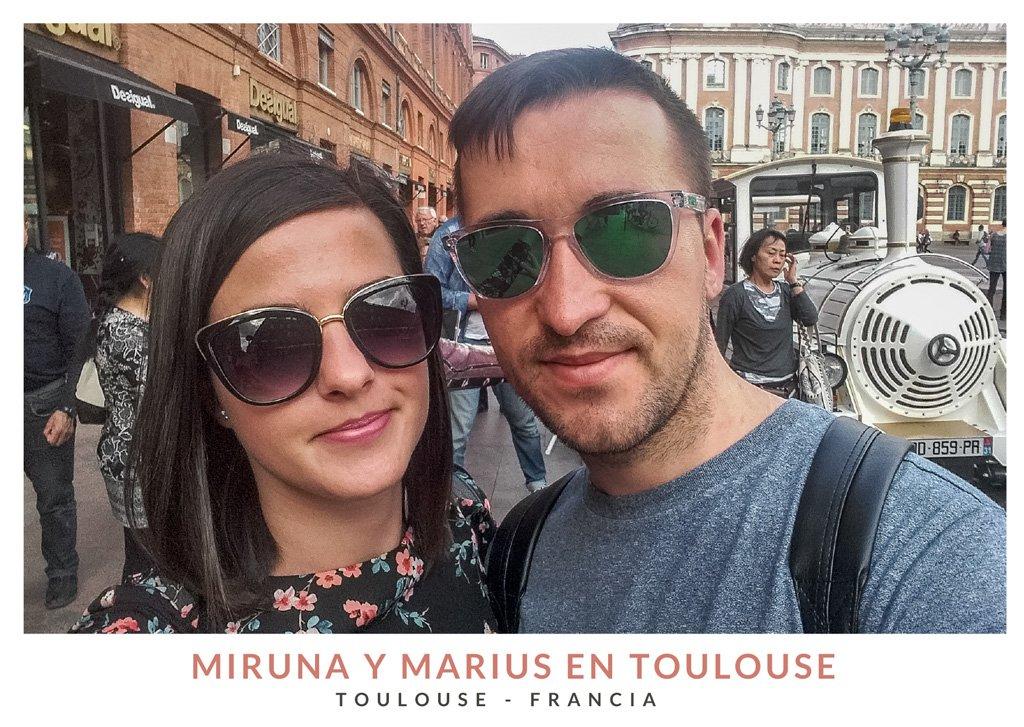 Miruna y Marius de We Collect Postcards en la Plaza del Capitolio de Toulouse