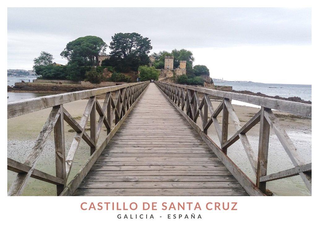 Vista del Castillo de Santa Cruz en Oleiros desde el puente de madera, Galicia